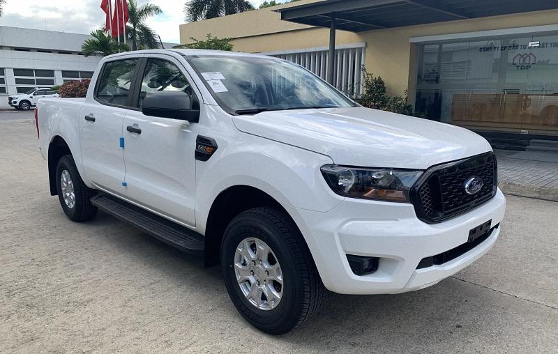 Ford Ranger XLS 2021 màu trắng tại Ford Long Biên